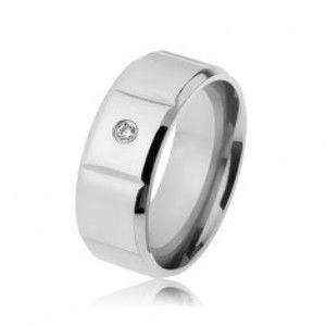 Hladký ocelový prsten stříbrné barvy, zirkon, svislé zářezy, zbroušené okraje SP62.30