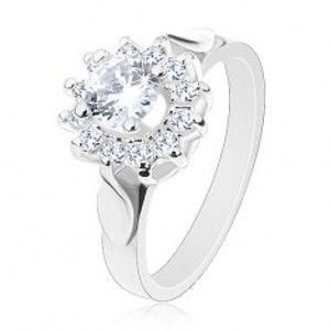 Blýskavý prsten stříbrné barvy, čirý zirkonový květ, lístky po stranách G01.13