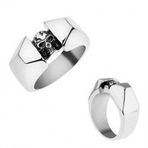 Ocelový prsten stříbrné barvy, lesklá a zbroušená ramena, patinovaná lebka T24.10