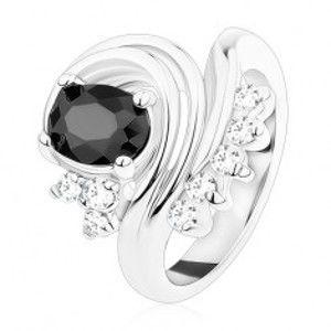 Prsten stříbrné barvy, černý oválný zirkon, zatočené linie, čiré zirkonky S14.06