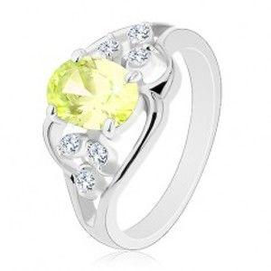 Prsten ve stříbrné barvě, asymetrické linie, světle zelený ovál, čiré zirkonky R29.24