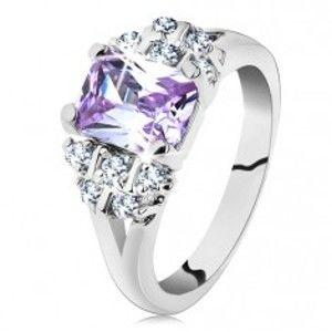 Prsten ve stříbrném odstínu s rozvětvenými rameny, světle fialový zirkon G11.18
