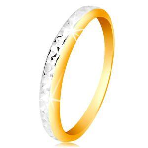 Prsten ve 14K zlatě - dvoubarevný kroužek, drobné blýskavé zářezy - Velikost: 60