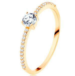 Prsten ve žlutém 14K zlatě - vystupující čirý zirkon, linie zirkonků čiré barvy - Velikost: 52