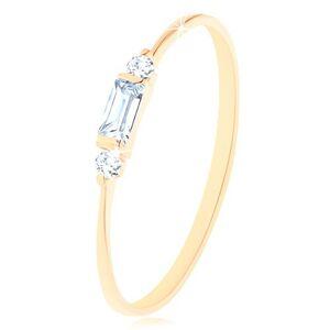Prsten ve žlutém 14K zlatě - zirkonový obdélník čiré barvy, dva kulaté zirkonky - Velikost: 48
