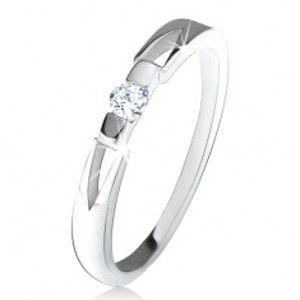 Prsten z čirým kulatým zirkonem, trojúhelníkové výřezy, stříbro 925 U19.18
