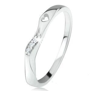Prsten ze stříbra 925, zvlněná ozdobná část, čiré zirkony, výřez ve tvaru srdíčka - Velikost: 58