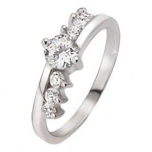 Prsten ze stříbra 925 - kulatý čirý kamínek, tři kamínky vedle ramen J9.20