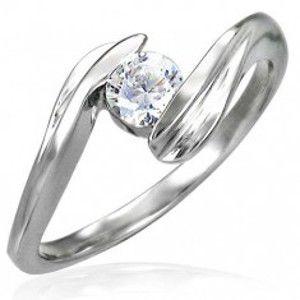 Snubní prsten se zirkonem uchyceným mezi konci prstenu D2.10