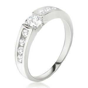 Stříbrný prsten 925 - čirý zirkon v kotlíku, drobné kamínky na ramenech - Velikost: 68