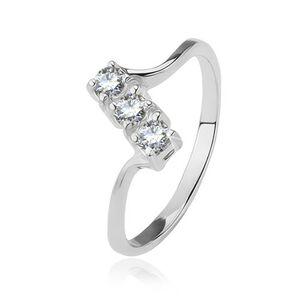 Stříbrný prsten - tři čiré zirkony na šikmém pásu, lesklá tenká ramena - Velikost: 58