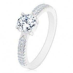 Stříbrný prsten 925, kulatý zirkon čiré barvy v kotlíku, zirkonky na ramenech M04.13